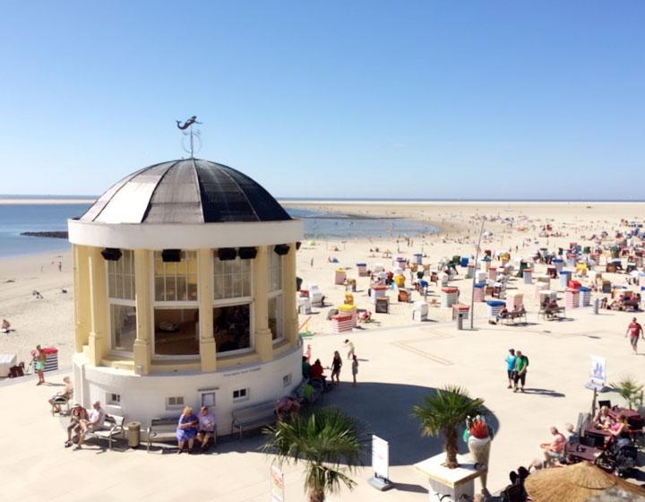 Blick von der Promenade auf den Strand – Ferienwohnung Chilldüne Borkum